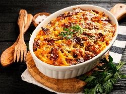 Спагети, печени в тава на фурна, с доматен сос, телешка кайма и зеленчуци - снимка на рецептата